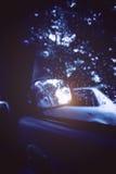 Raindrops na samochodowym rearview lustrze Ulewny deszcz outside Zdjęcia Royalty Free