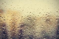 Raindrops na szkle, nadokienny tło widok budynki z ostrości zdjęcie royalty free
