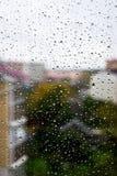 Raindrops na windowpane w jesień dniu obraz stock