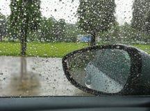 Raindrops odzwierciedlają samochody na deszczowym dniu Zdjęcia Royalty Free