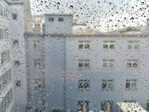 Raindrops på ett fönster Arkivfoton