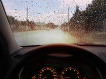 Raindrops på windshielden Arkivbilder