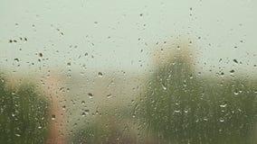 Raindrops płynie na szklanych okno w dżdżystej pogodzie zbiory