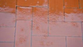 Raindrops pluśnięć spada czerwony podłogowy ulewny deszcz z wodnym strumieniem i bąblami zbiory