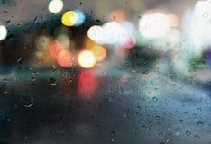 Raindrops z lekkim bokeh na droga deszczu przyprawiają tło Obrazy Stock