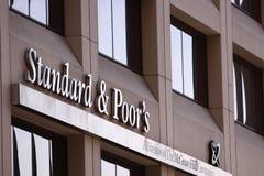 Raing Standard- u. der Armen Downgrade USA Schuld Stockfotos