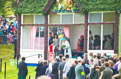 A rainha apresentou com urze branca. imagens de stock