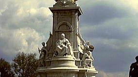 Rainha arquivística Victoria Memorial em Londres vídeos de arquivo