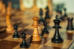 A rainha branca entrega o Checkmate imagens de stock