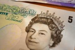 Rainha britânica na nota do libra-banco de 5 ingleses Imagem de Stock