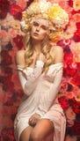 Rainha da flor que veste a grinalda extravagante Imagem de Stock