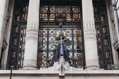 Rainha do relógio de ponto acima da entrada principal ao armazém de Selfridges, Londres, Reino Unido fotos de stock royalty free