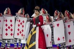 A rainha dos corações e os soldados do cartão fecham-se acima Imagem de Stock