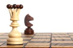 Rainha e cavaleiro no tabuleiro de xadrez Imagens de Stock