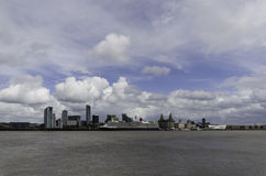 A rainha Elizabeth ancorou fora do Cunard que constrói Liverpool Imagens de Stock Royalty Free