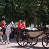 A rainha Elizabeth II viaja ao longo da alameda em um transporte aberto puxado por cavalos, em sua maneira ao agrupamento da para imagens de stock royalty free