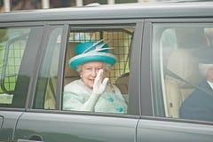 Rainha Elizabeth que deixa jogos de Braemar. imagens de stock royalty free
