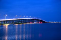 Rainha Isabella Memorial Bridge na hora azul de Isabel portuário, Texas fotografia de stock