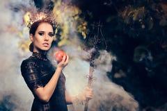 Rainha má com Apple envenenado em Misty Forest imagem de stock royalty free