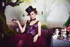 Rainha má no jogador e em um copo do chá Fotos de Stock Royalty Free