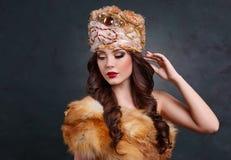 Rainha no vestido real menina 'sexy' no chapéu e no casaco de pele reais Foto de Stock Royalty Free