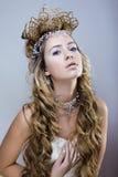 A rainha nova da neve da beleza com a coroa do cabelo em sua cabeça, complica o penteado, conceito do inverno Imagem de Stock Royalty Free