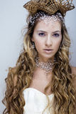 Rainha nova da neve da beleza em flashes feericamente Imagem de Stock Royalty Free