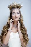 Rainha nova da neve da beleza em flashes feericamente Fotografia de Stock