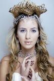 Rainha nova da neve da beleza em flashes feericamente com cabelo Fotografia de Stock Royalty Free