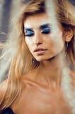 Rainha nova da neve da beleza em flashes feericamente com a coroa do cabelo em seu fim da cabeça acima na luz azul fria Fotografia de Stock Royalty Free