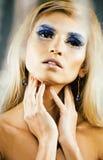 Rainha nova da neve da beleza em flashes feericamente com a coroa do cabelo nela Foto de Stock Royalty Free