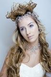 Rainha nova da neve da beleza em flashes feericamente com a coroa em sua cabeça Fotografia de Stock Royalty Free