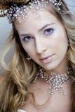 Rainha nova da neve da beleza em flashes feericamente com a coroa em sua cabeça Imagens de Stock Royalty Free