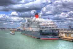 A rainha Victoria com um barco pequeno Southampton do reboque entra Inglaterra Reino Unido como a pintura em HDR fotografia de stock
