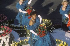 Rainhas da beleza no flutuador em Rose Bowl Parade, Pasadena, Califórnia Fotografia de Stock