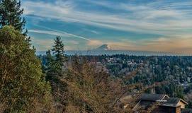 Rainier And Wispy Clouds fotografie stock