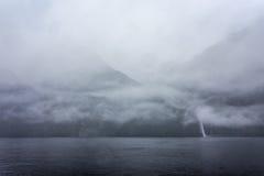 Rainny i mgłowy dzień przy Milfordsound Zdjęcie Royalty Free