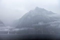 Rainny i mgłowy dzień przy Milfordsound Zdjęcia Stock
