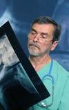 Raio X da leitura do médico Fotografia de Stock Royalty Free