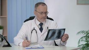 Raio X de exame do médico geral, formulário médico de enchimento para a hospitalização filme