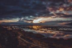 Raio de sol das nuvens escuras sobre o lago Titicaca imagens de stock