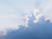 Raio de Sun atrás das nuvens Fotografia de Stock Royalty Free