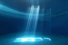 Raios claros que brilham através da água Imagens de Stock