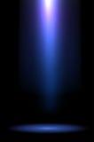 Raios da luz azul no fundo escuro ilustração stock