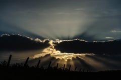 Raios de luz que quebram através das nuvens foto de stock royalty free