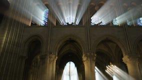 Raios de luz sobre o interior da catedral de Notre Dame de Paris filme