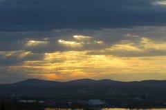 Raios de luz solar luminosos nas nuvens Fotos de Stock Royalty Free