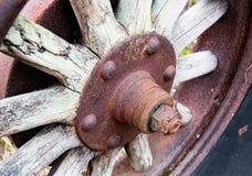 Raios de madeira e cubo da roda do trator automotivo antigo do vintage cobertos na oxidação e na oxidação foto de stock