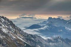 Raios de rolamento da névoa e do sol no alvorecer na escala de Karawanken Karavanke fotografia de stock royalty free