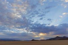 Raios de sol através das nuvens no amanhecer Foto de Stock